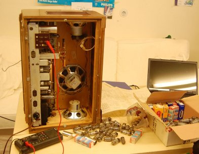 Philips_Ariston_tube_radio_backopen_small.jpg