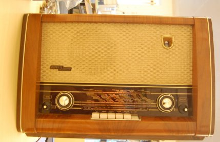 Philips_Ariston_tube_radio_front_small.jpg