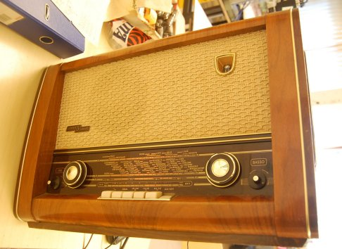 Philips_Ariston_tube_radio_sidefront_small.jpg